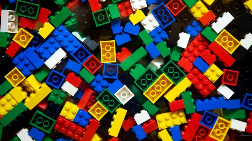 LEGO vuole usare la plastica derivata dalla canapa per produrre i suoi famosi mattoncini entro il 2030